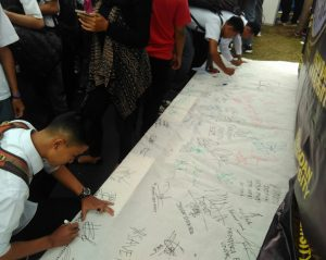 Mahasisiwa Memberikan tanda tangan mendukung Pemerintahan Indonesia yang bersih